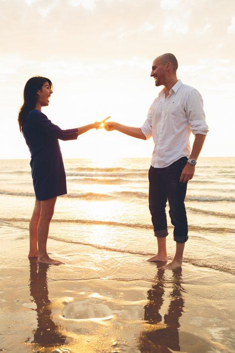 fotoshoot aan zee Oostende belgische kust fotograaf verlovingsshoot