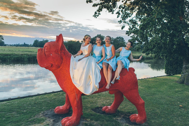 huwelijk rode hond bruidsmeisjes
