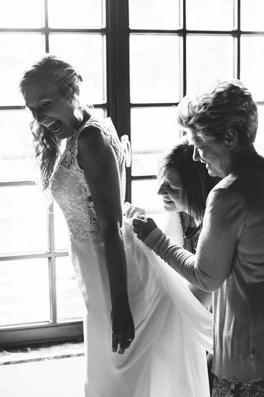 huwelijk kleed dichtdoen